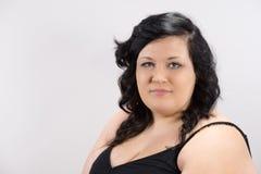 Portret van ernstig jong vrouwelijk model met donker haar, eerlijke huid en rode lippen Stock Foto