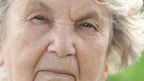 Portret van ernstig rijp bejaarde Close-up stock videobeelden