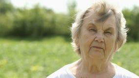 Portret van ernstig rijp bejaarde in openlucht stock video