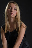 Portret van ernstige blondevrouw stock foto's