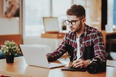 Portret van Ernstige Freelancer die aan Laptop werken stock foto