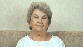 Portret van ernstige grootmoeder met strikte blik stock videobeelden
