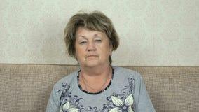 Portret van ernstige hogere vrouw met strikte blik stock footage