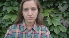 Portret van ernstige jonge vrouw stock videobeelden