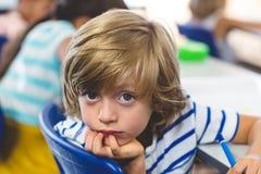 Portret van ernstige jongen met klasgenoten stock foto's