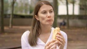 Portret van ernstige onderneemster in witte overhemdszitting in park Professioneel wijfje die onderbreking hebben stock footage