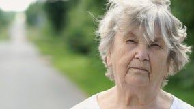 Portret van ernstige rijpe oude vrouw Close-up stock videobeelden