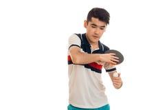 Portret van ernstige sportman die een pingpong uitoefenen die en op een geïsoleerd spel op witte achtergrond concentreert zich Stock Afbeeldingen