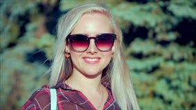 Portret van Europees Leuk Blonde binnen met de Jonge Gelukkige Vrouw van Sunglass of Vrolijk Meisje die in de Camera, Blazende Wi stock footage