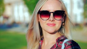Portret van Europees Leuk Blonde binnen met de Jonge Gelukkige Vrouw van Sunglass of Vrolijk Meisje die in de Camera, Blazende Wi stock video