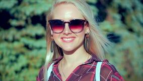 Portret van Europees Leuk Blonde binnen met de Jonge Gelukkige Vrouw van Sunglass of Vrolijk Meisje die in de Camera, Blazende Wi stock videobeelden
