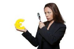Portret van expressieve vrouw het onderzoeken Euro Royalty-vrije Stock Foto