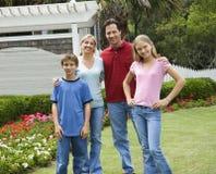 Portret van familie buiten stock afbeelding