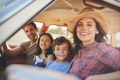 Portret van Familie het Ontspannen in Auto tijdens Wegreis royalty-vrije stock afbeeldingen