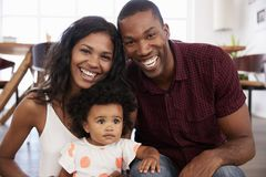 Portret van Familie met Babydochter thuis samen stock fotografie