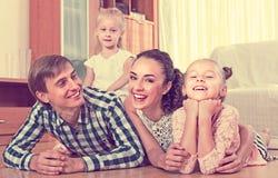 Portret van familie met jonge geitjes thuis Stock Foto