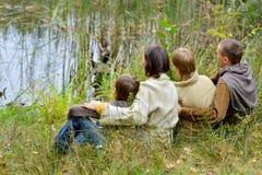 Portret van familie van vier in park stock foto