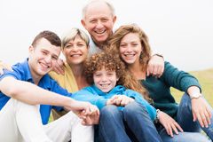 Portret van familiezitting op strandgazon Royalty-vrije Stock Fotografie