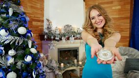 Portret van festively geklede jonge vrouw met een uitstekend uurwerk, aftelprocedure aan de gelukkige viering van het nieuwe jaar stock footage