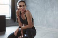Portret van Fitness Vrouw in de Kleren van Maniersporten royalty-vrije stock fotografie