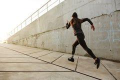 Portret van gehandicapte atletenvrouw met prothetisch been in sporen royalty-vrije stock foto