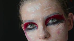 Portret van geheimzinnig meisje met creatieve samenstelling en elegant kapsel stock video