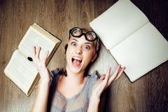 Portret van gek studentenmeisje in glazen met boeken en kakkerlakken, concept moderne onderwijsmensen, levensstijl stock afbeelding