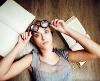 Portret van gek studentenmeisje in glazen met boeken en kakkerlakken, concept moderne onderwijsmensen, levensstijl royalty-vrije stock fotografie