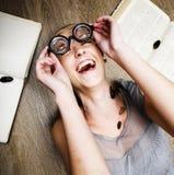 Portret van gek studentenmeisje in glazen met boeken en kakkerlakken, concept moderne onderwijsmensen, levensstijl stock fotografie