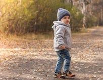 Portret van gelukkig blij kind op de bosfoto als achtergrond Stock Afbeeldingen