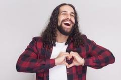 Portret van gelukkig in de liefde knappe mens met baard en lange zwarte royalty-vrije stock fotografie