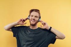 Portret van Gelukkig Glimlachend Guy Listening aan Muziek royalty-vrije stock fotografie