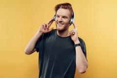 Portret van Gelukkig Glimlachend Guy Listening aan Muziek stock afbeelding