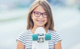 Portret van gelukkig glimlachend meisje met tandsteunen en glazen royalty-vrije stock foto