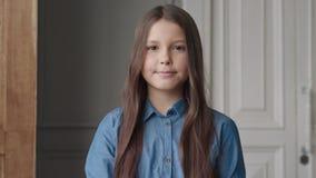 Portret van Gelukkig Glimlachend Meisje of Mooi Kind die Camera bekijken stock video