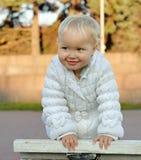 Portret van gelukkig glimlachend meisje op gang stock fotografie
