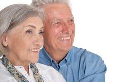 Portret van gelukkig hoger paar op witte achtergrond royalty-vrije stock afbeeldingen