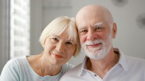 Portret van Gelukkig Hoger Paar thuis Emotioneel Ogenblik Gelukkige familie die van tijd samen genieten stock afbeelding