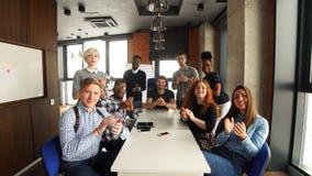 Portret van gelukkig jong commercieel team in modern bureau Het werk in zolderbinnenland stock videobeelden
