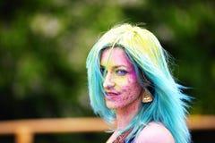 Portret van gelukkig jong meisje op het festival van de holikleur Stock Foto's