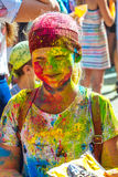 Portret van gelukkig jong meisje op het festival van de holikleur Royalty-vrije Stock Foto