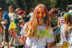 Portret van gelukkig jong meisje op het festival van de holikleur Royalty-vrije Stock Foto's