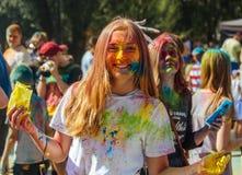 Portret van gelukkig jong meisje op het festival van de holikleur Stock Foto
