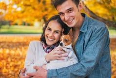 Portret van gelukkig jong paar met hond in openlucht Royalty-vrije Stock Fotografie