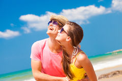 Portret van gelukkig jong paar in zonnebril royalty-vrije stock fotografie