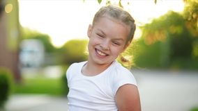 Portret van gelukkig lachend meisje Zij glimlacht en heeft heel wat pret stock videobeelden
