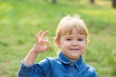 Portret van gelukkig meisje met glimlach op gezicht op zonnige dag stock fotografie