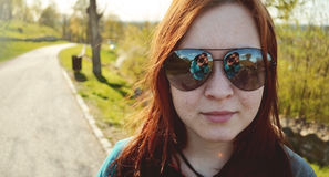 Portret van gelukkig meisje in zonnige dag Stock Fotografie