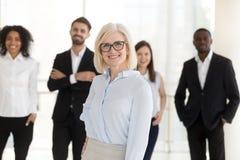Portret van gelukkig ouder vrouwenbedrijf ceo met divers team royalty-vrije stock foto