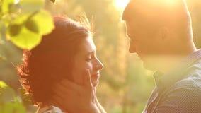 Portret van gelukkig paar in liefde bij zonsondergang in Park stock video